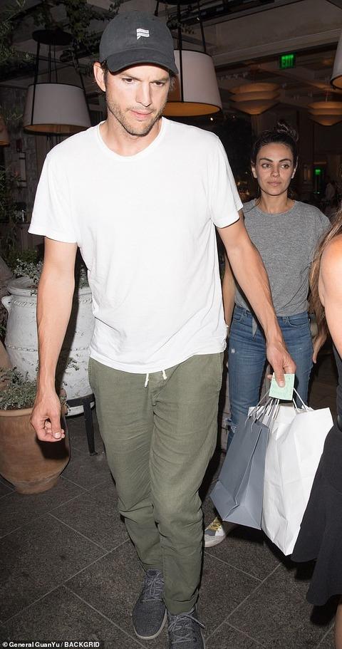 【すっぴんがおつかれ気味…!?】ミラ・クニスが夫のアシュトン・カッチャーとディナーデート!Mila Kunis steps out for dinner date with Ashton Kutcher