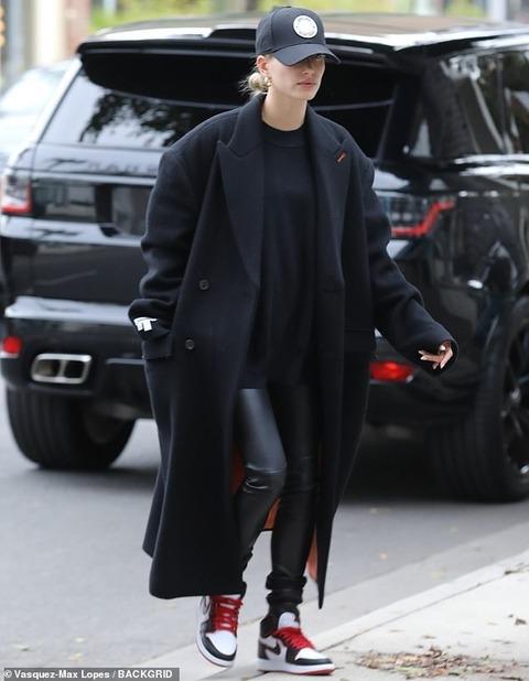 【表情暗め…!?】ヘイリー・ビーバーがLAでエステサロンにお出かけ!Hailey Bieber drops by the salon in LA