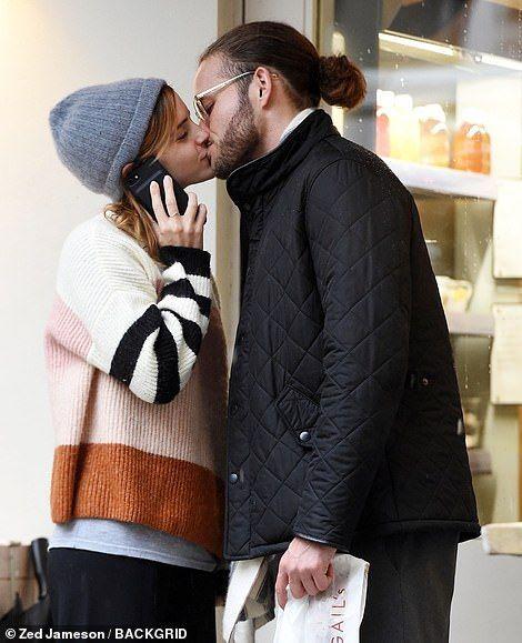 【人目も気にせず路上キス…!?】エマ・ワトソンが謎のイケメンとランチデート!Emma Watson shares a kiss with mystery man