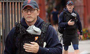 【おじいちゃんっぽくなってる…!?】ダニエル・クレイグが生後1ヶ月の娘を抱っこヒモで抱っこしてお出かけ!Daniel Craig takes one-month-old daughter on strol