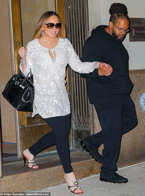 【さりげなく谷間アピール…!?】マライア・キャリーと恋人のブライアン・タナカがNYでお出かけ!Mariah Carey and Bryan Tanaka step out in NY