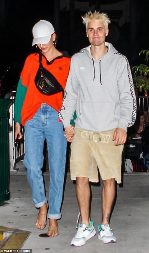 【手をつないでラブラブ…!?】ジャスティン・ビーバーとヘイリー・ビーバーがディナーデート!Justin Bieber and Hailey Baldwin head to dinner in Miami