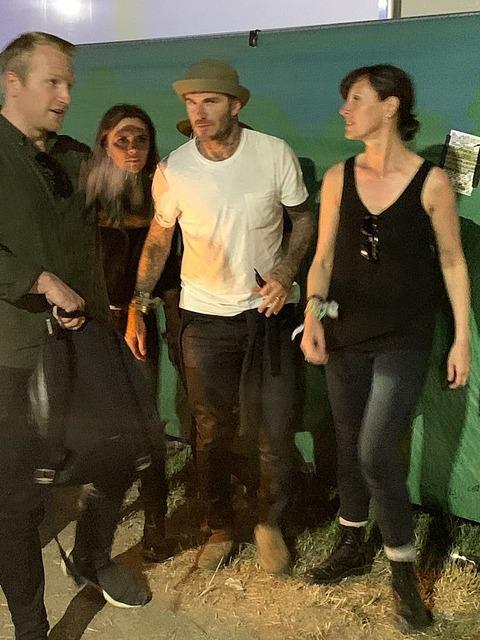 【長男ブルックリンが上半身裸で迷走中…!?】ベッカム一家が野外フェスにお出かけ!Beckhams at Glastonbury festival