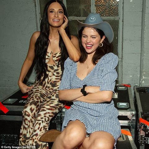 【カウガール風がキュート…!?】セレーナ・ゴメスがケイシー・マスグレイヴスのコンサートにお出かけ!Selena Gomez at Kacey Musgraves backstage with friends