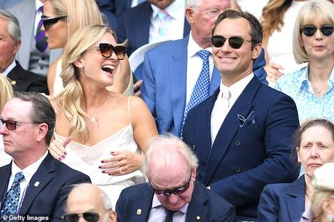 【モデルばりの美貌に釘付け…!?】ジュード・ロウと妻のフィリッパ・コーンがウィンブルドンの試合観戦!Jude Law and Phillipa Coan watch Wimbledon game