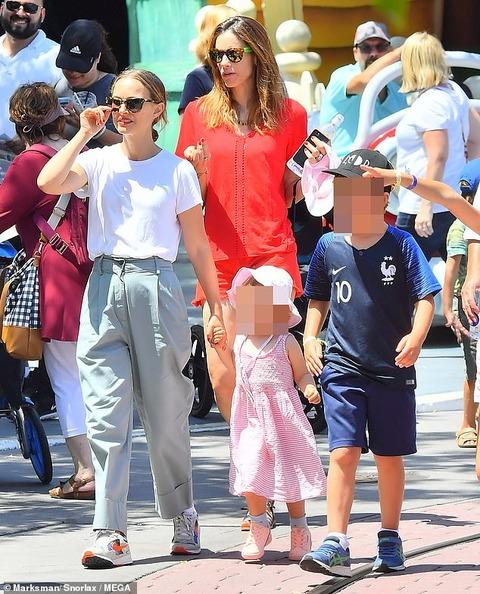 【お漏らしのシミ…!?】ナタリー・ポートマンが子供たちとディズニーランドにお出かけ!Natalie Portman at Disneyland with her children