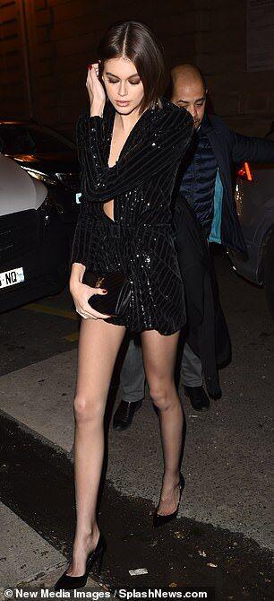 【露出が過激化…!?】カイア・ガーバーがサンローランのパーティにお出かけ!Kaia Gerber arrives at the Saint Laurent party