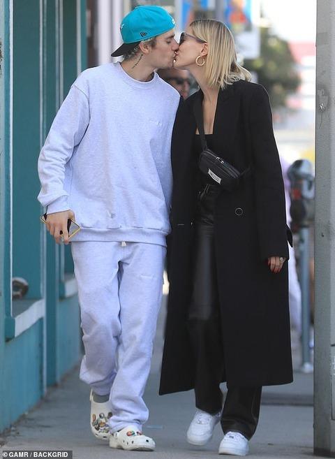 【キスが止まらない…!?】ジャスティン・ビーバーとヘイリー・ビーバーがLAでお出かけ!Justin Bieber plants kiss on Hailey