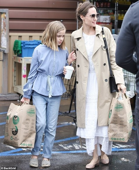 【深刻な表情で買い出し…!?】アンジェリーナ・ジョリーが娘のヴィヴィアンとスーパーにお出かけ!Angelina Jolie and daughter Vivienne head to a grocery store