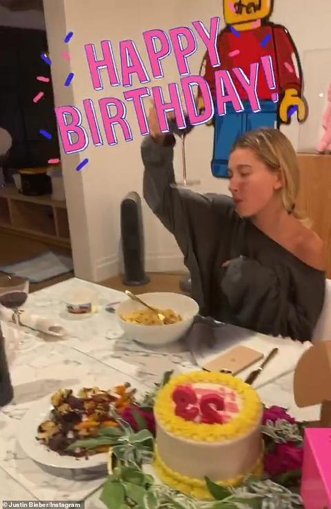 【けっこう庶民的…!?】ジャスティン・ビーバーが妻ヘイリーのバースデーをお祝い!Hailey Bieber has a birthday dinner at home with Justin