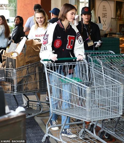 【コロナ対策でゴム手袋…!?】カイア・ガーバーがカーラ・デルヴィーニュとスーパーに買い出しにお出かけ!Kaia Gerber steps out for grocery shopping with Cara Delevingne
