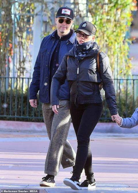 【意外と目立たないカップル…!?】スカーレット・ヨハンソンが恋人のコリン・ジョストと一緒に娘を連れてディズニーランドにお出かけ!Scarlett Johansson enjoys Disneyland with Colin Jost