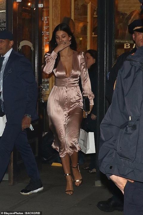 【ブラレスファッションが過激すぎる…!?】レオナルド・ディカプリオと恋人のカミラ・モローネがシャネルのディナーパーティーにお出かけ!Leonardo DiCaprio and Camilla Morrone at Chanel Dinner