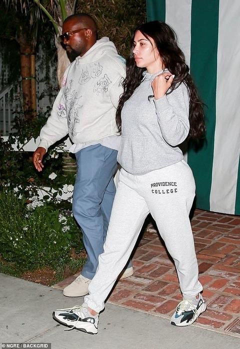 【肌荒れすっぴん顔が別人…!?】キム・カーダシアンが夫のカニエ・ウエストとディナーデート!Kim Kardashian steps out for dinner with Kanye West