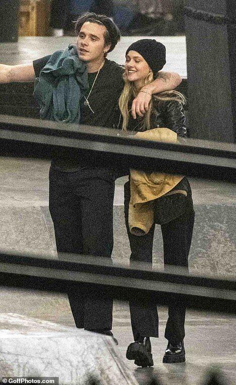 【お尻触ったりキスしたりラブラブ…!?】ブルックリン・ベッカムと恋人のニコラ・ペルツがスケボーにお出かけ!Brooklyn Beckham and Nicola Peltz at a London skate park