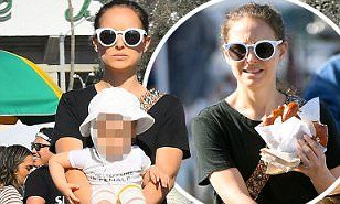 【プレッツェルをむしゃむしゃ…!?】ナタリー・ポートマンと夫のベンジャミン・ミルピエが2人の子どもたちを連れてお出かけ!Natalie  Portman steps out for a LA flea market with family