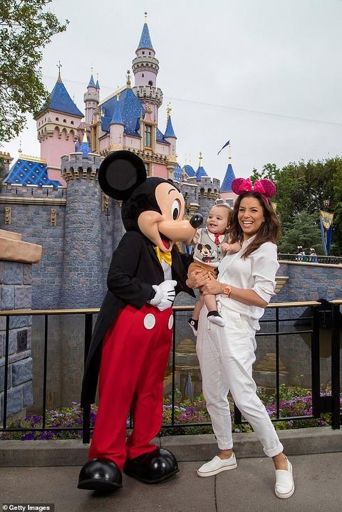 【ミッキーとのご対面にはしゃぐ姿が激カワ…!?】エヴァ・ロンゴリアがディズニーランドで息子サンチアゴのバースデーをお祝い!Eva Longoria and son Santiago at Disneyland