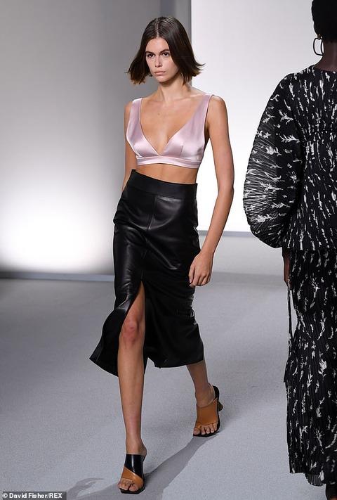 【ブラレット姿で新しいタトゥーも披露…!?】カイア・ガーバーがジバンシイのファッションショーに登場!Kaia Gerber walks for Givenchy's PFW show