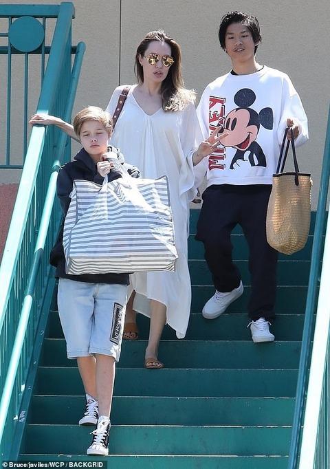 【イケメン度が増してるシャイロちゃん…!?】アンジェリーナ・ジョリーが子供たちとショッピングにお出かけ!Angelina Jolie shops with Pax and Shiloh