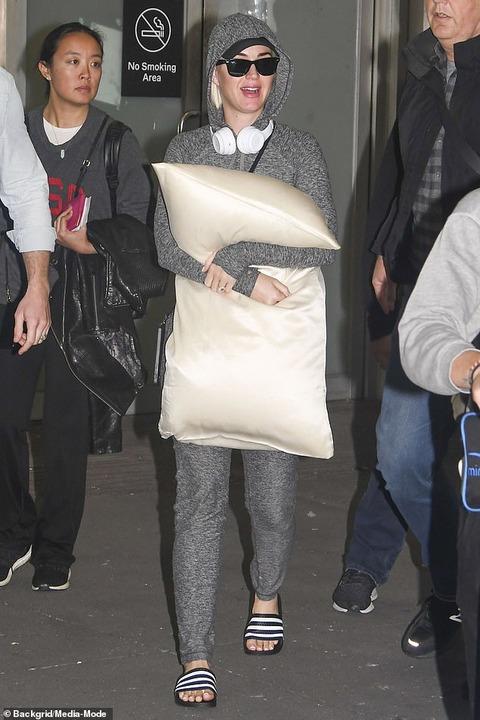【お腹はひた隠し…!?】妊娠中のケイティ・ペリーがメルボルン空港に到着!Pregnant Katy Perry arrives in Melbourne