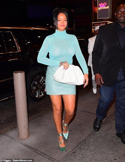 【透けブラトップスが過激…!?】リアーナがNYでお出かけ!Rihanna goes to the theatre in New York