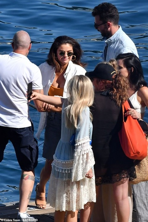 【イケメンプロデューサーも一緒に…!?】セレーナ・ゴメスが友人たちとイタリアでクルージング!Selena Gomez enjoys a boat trip along Amalfi Coast