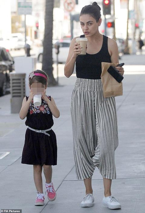【表情険しすぎ…!?】すっぴんのミラ・クニスが娘のワイアットとビバリーヒルズでお出かけ!Mila Kunis steps out with daughter Wyatt