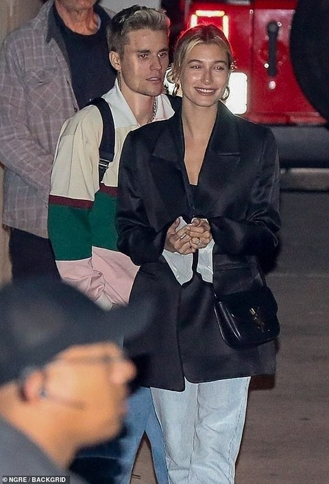 【オタク風ファッション…!?】ジャスティン・ビーバーとヘイリー・ビーバーが教会にお出かけ!Justin Bieber steps out for church with Hailey