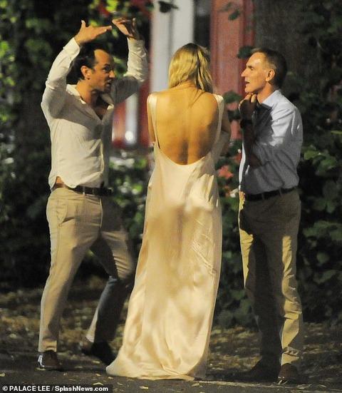 【背中ぱっくりが大胆…!?】ジュード・ロウと妻のフィリッパ・コーンが友人の結婚式にお出かけ!Jude Law and wife Phillipa leave a friend's wedding reception