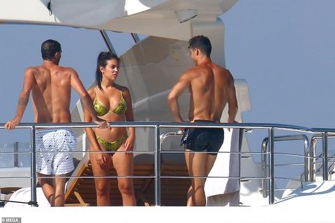 【イケメンマッチョぶりがスゴい…!?】クリスティアーノ・ロナウドが恋人のジョージーナ・ロドリゲスとクルージング!Cristiano Ronaldo on yacht in St Tropez with Georgina Rodriguez