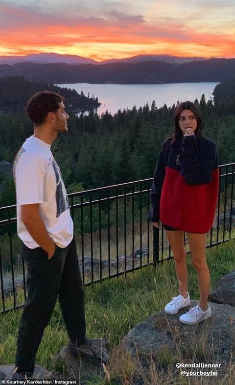 【やっぱり男友達とデキてそう…!?】ケンダル・ジェンナーが姉コートニー・カーダシアンとアイダホ州でバケーション!Kendall Jenner enjoys family vacation in Idaho