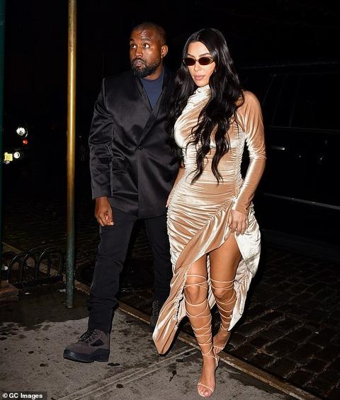 【1人服装が変…!?】キム・カーダシアンが夫カニエ・ウエストと子供たちを連れてクリスマスディナー!Kim Kardashian steps out for dinner with husband Kanye