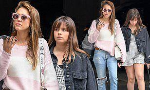 【10歳にしてはデカい…!?】ジェシカ・アルバが娘のオナーとスーパーにお出かけ!Jessica Alba and daughter Honor shop for groceries