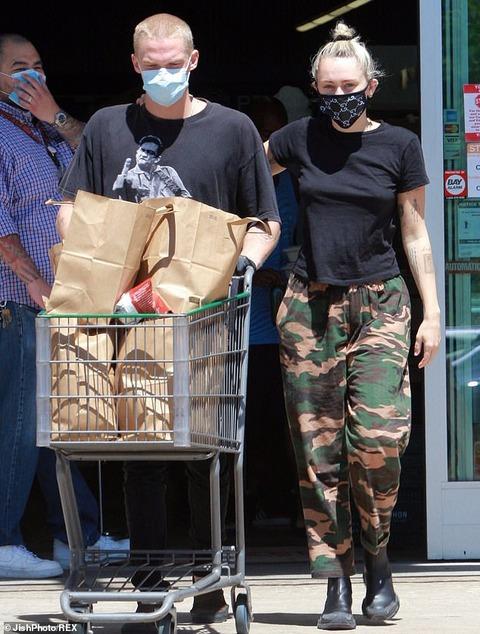 【ブランドマスクで登場…!?】マイリー・サイラスが恋人のコーディー・シンプソンとお出かけ!Miley Cyrus steps out with Cody Simpson