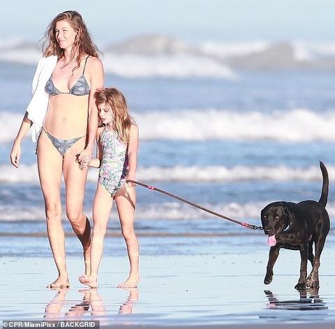 【39歳には見えない美ボディ…!?】ジゼルが娘のヴィヴィアンとコスタリカでバケーション!Gisele Bundchen steps out for beach stroll with daughter Vivian