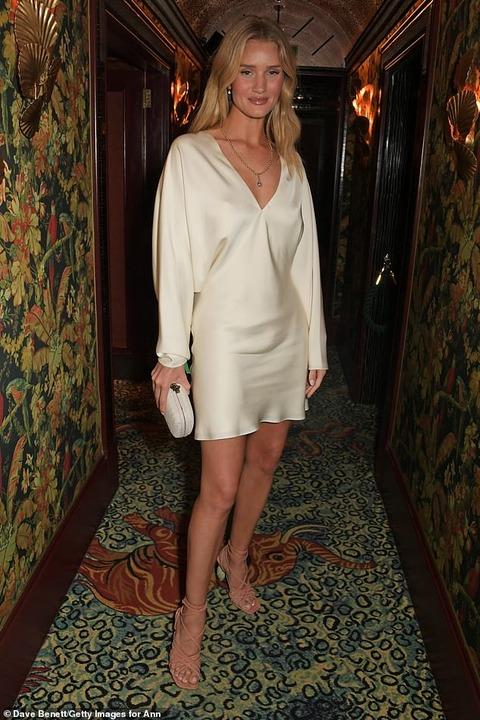 【いつもと顔が違う…!?】ロージー・ハンティントン=ホワイトリーがナイトクラブにお出かけ!Rosie Huntington-Whiteley enjoys a night out at Annabel's