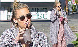 【お腹が減って我慢できない…!?】産後3ヶ月のケイト・ハドソンがスムージーショップにお出かけ!Kate Hudson steps out for a smoothie shop