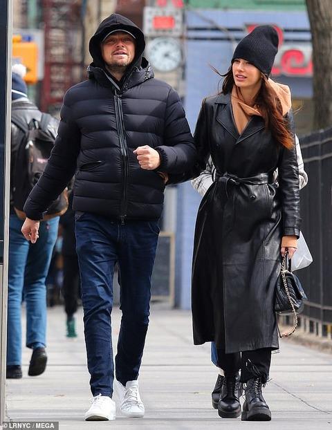 【腕を組んでラブラブ…!?】レオナルド・ディカプリオが恋人のカミラ・モローネとお出かけ!Leonardo DiCaprio steps out with Camila Morrone in NYC