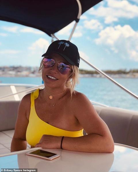 【イケメンマッチョ恋人とラブラブ…!?】ビキニ姿のブリトニー・スピアーズが恋人のサム・アスガリとマイアミでバケーション!Britney Spears shares photos of Miami trip