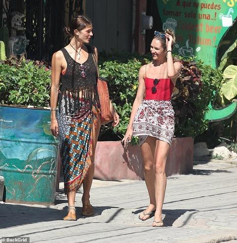 【ストリングビキニで肩車…!?】キャンディス・スワンポールがメキシコのビーチでバケーション!Candice Swanepoel enjoys her vacation in Mexico