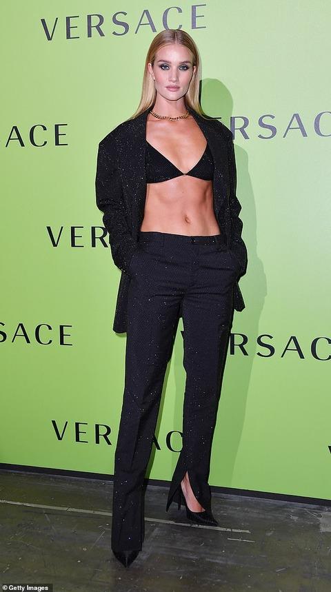 【すんごい腹筋…!?】ロージー・ハンティントン=ホワイトリーがファッションショーに登場!Rosie Huntington-Whiteley at Versace's Milan Fashion Week show