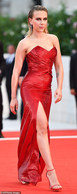 【背中のタトゥーが迫力…!?】スカーレット・ヨハンソンがヴェネツィア国際映画祭に登場!Scarlett Johansson at Venice Film Festival