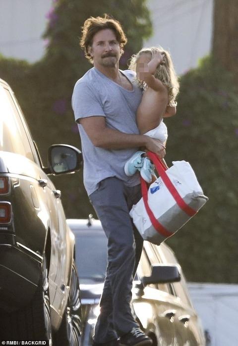【オムツ一丁で水遊び…!?】ブラッドリー・クーパーが娘のリアとビーチにお出かけ!Bradley Cooper takes Lea to the beach