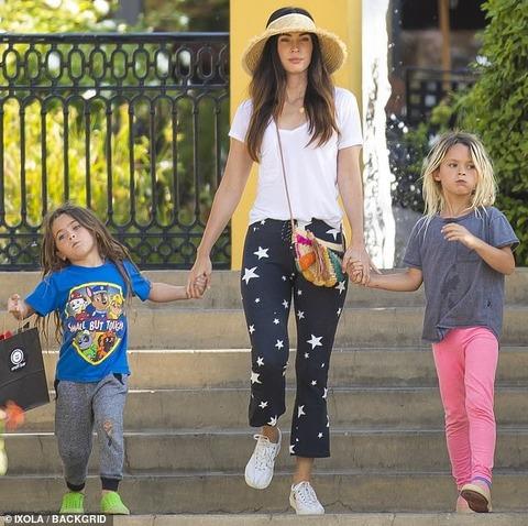 【女の子みたいで激カワ…!?】ミーガン・フォックスが息子たちとお出かけ!Megan Fox steps out with her kids in LA
