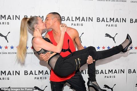 【くちびるキスも披露…!?】カーラ・デルヴィーニュがバルマンのデザイナーとイベントに登場!Cara Delevingne shares s kiss with Balmain designer Olivier Rousteing
