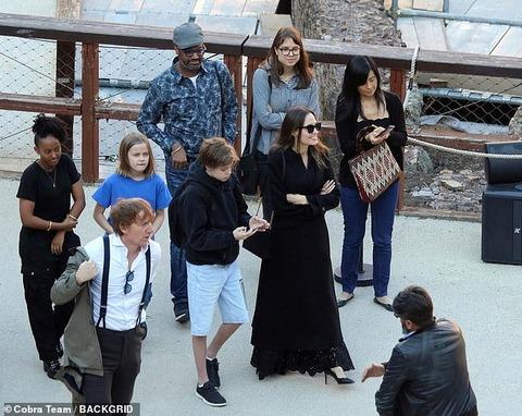 【テンションダダ下がり…!?】アンジェリーナ・ジョリーが子供たちを連れてローマ観光!Angelina Jolie and her kids tour Colosseum in Rome
