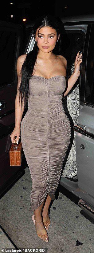 【巨大なお尻が不自然すぎる…!?】カイリー・ジェンナーとキム・カーダシアンがファミリーディナーにお出かけ!Kylie Jenner and Kim Kardashian step out for dinner