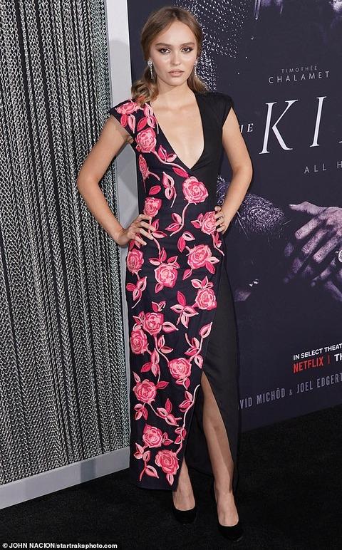 【胸元がっつり…!?】リリー・ローズ・デップが恋人のティモシー・シャラメと映画のプレミアに登場!Lily-Rose Depp and Timothee Chalamet at The King premiere