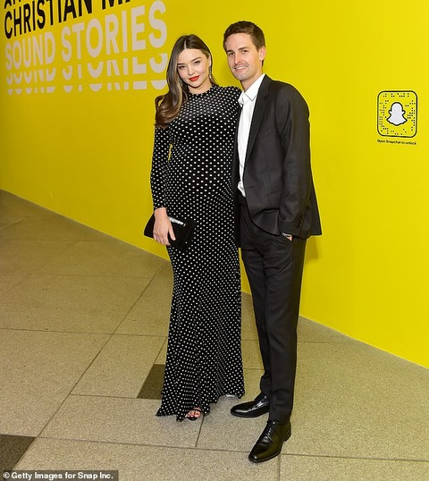 【お腹も顔もパンパン…!?】第3子妊娠中のミランダ・カーが夫のエヴァン・スピーゲルとイベントに登場!Miranda Kerr and Evan Spiegel at exhibition