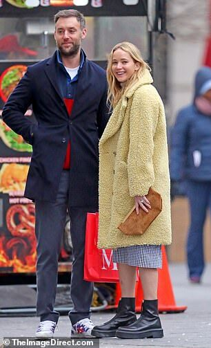 【幸せオーラ全開…!?】ジェニファー・ローレンスと夫のクック・マロニーが美術館デート!Jennifer Lawrence and Cooke Maroney step out together